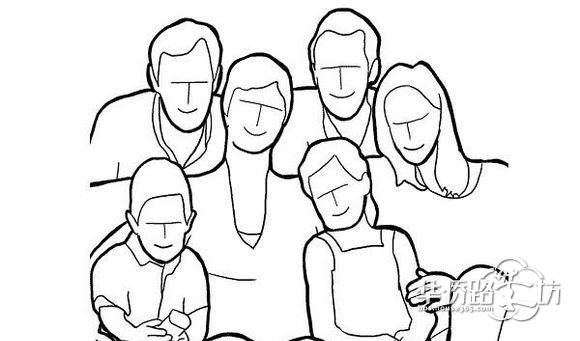 一家人坐在或靠在沙发上