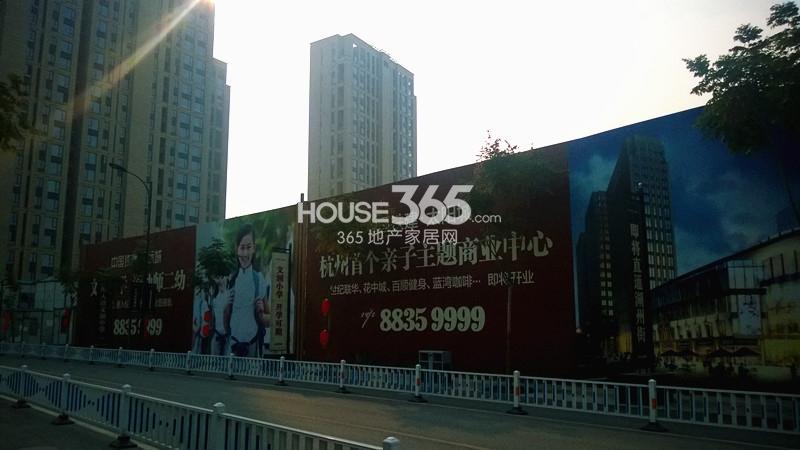 2014年11月底中国铁建国际城项目实景--围挡广告