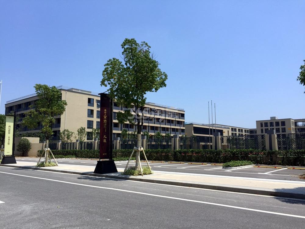 高科荣境二期小高层东面的金陵中学实景图(8.5)